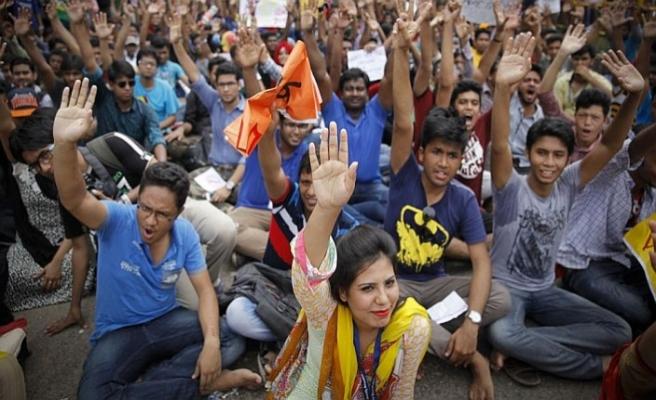 Bangladeş'te öğrenciler günlerdir sokaklarda