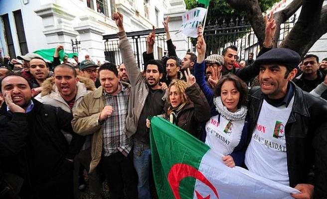 """Cezayirliler Buteflika'ya """"artık yeter"""" demek için sokağa indi"""