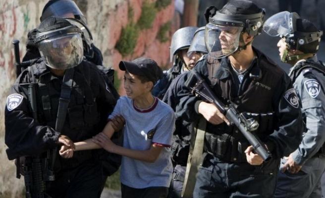 İsrail askerleri 10 yaşındaki çocuktan korkuyor