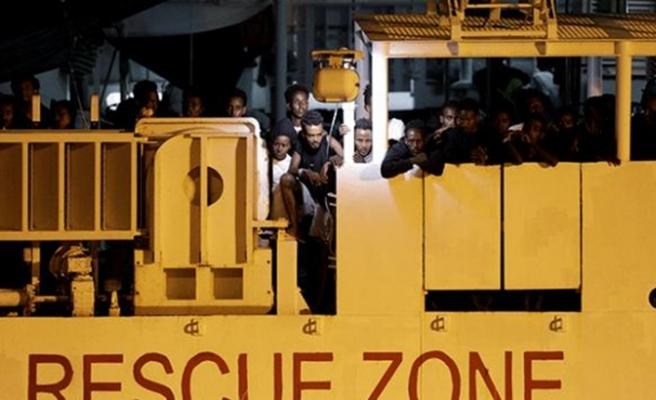 İtalya, göçmenlerin karaya ayak basmasına izin verdi