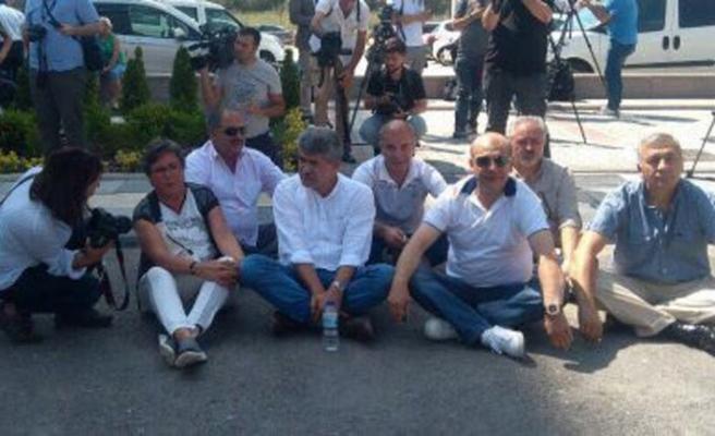 CHP delegeleri parti önünde açlık grevine başladı