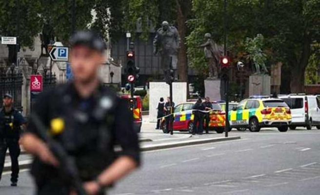 Londra'da parlamento girişinde hareketli dakikalar