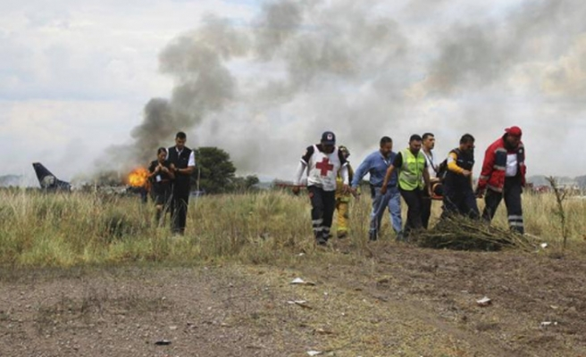 Meksika'da 101 kişi uçak kazasından sağ kurtuldu