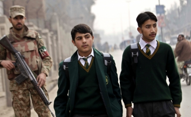 Pakistan'da kız okulları saldırısının şüphelisi öldürüldü