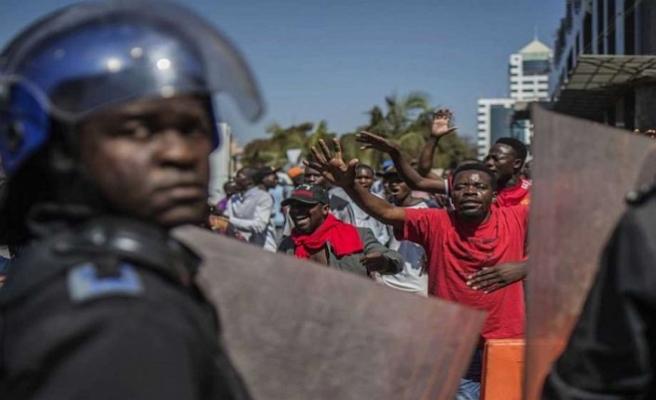 Zimbabve'de ordu sokağa indi, kalabalığa ateş açıldı