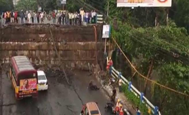 Bengal'de otoyol çöktü, enkazda sıkıştılar