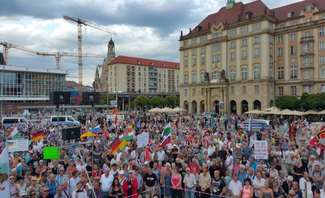 Chemnitz'de iki grup karşı karşıya