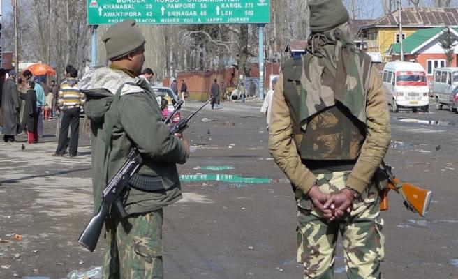 Hint güçleri kör eden silahla saldırmaya devam ediyor