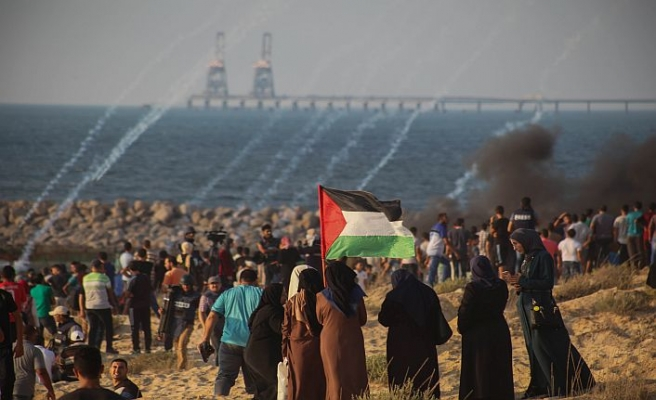İsrail Gazzeli eylemcilere gerçek mermilerle saldırdı