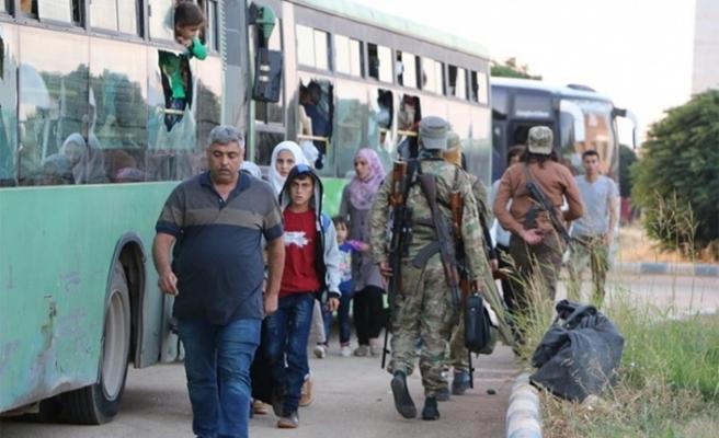 Siviller saldırı tehdidi altındaki İdlib'i boşaltmaya başladı