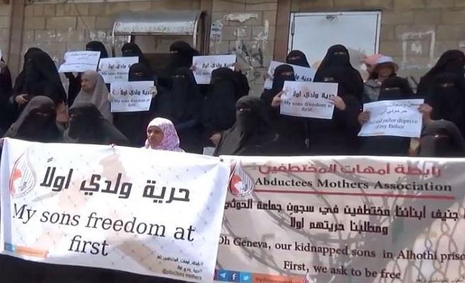 Yemenli anneler kaçırılan çocukları için sokakta
