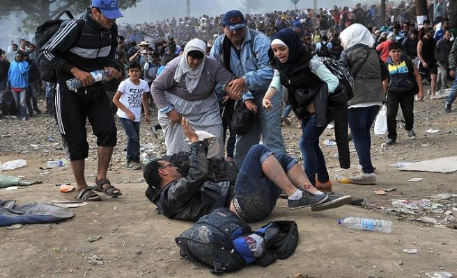Yunan polisi göçmenleri darp etti