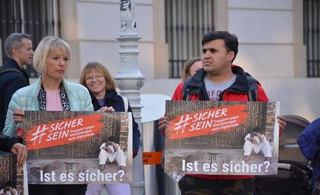 Avusturyalılar Afgan göçmenler için eylemde