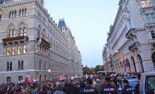 Avusturyalılar 'ırkçı' hükümeti protesto etti