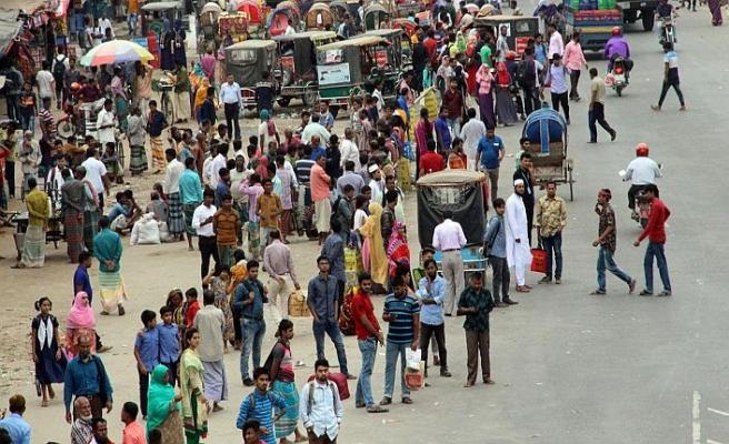 Bangladeş'te halk yolda kaldı