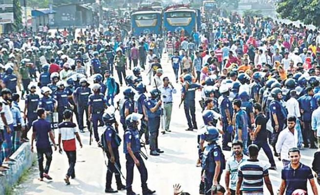 Bangladeş'te işçiler ile polis arasında arbede