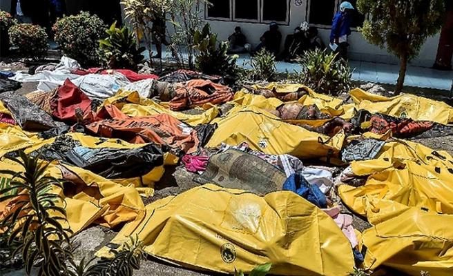 Endonezya'da ölenler için toplu defin başladı