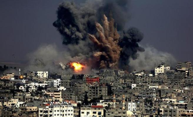 Filistinliler İsrail'in hava saldırısını protesto etti