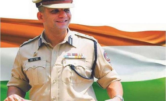 """Hindistan'da polislere """"daha az gülümseme"""" talimatı"""