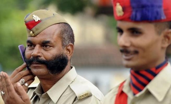 Hint polisinin çok gülmesi sorun oldu