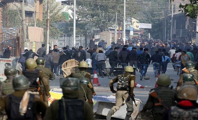Keşmir'de sokaklar karıştı