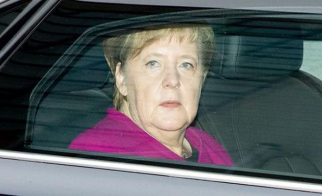 Merkel'den oy kaybının ardından yeniden aday olmama kararı