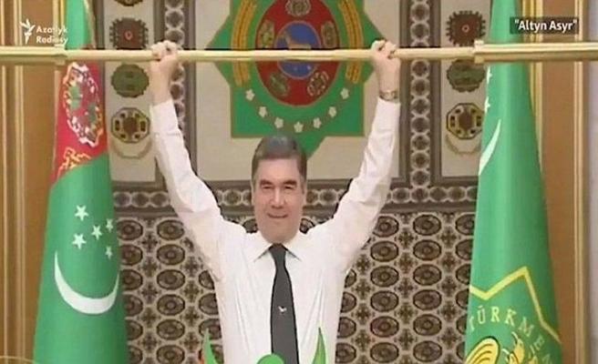 Altın halterle şov yapan lidere tepki