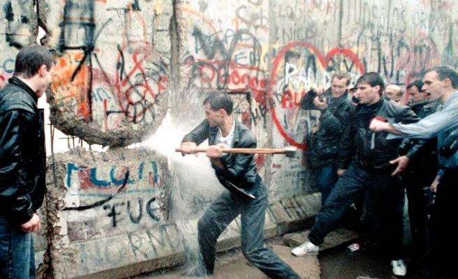 Berlin Duvarı 29 yıl önce bugün yıkıldı