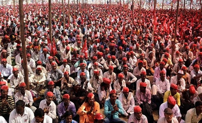 Binlerce Hintli çiftçi sokakta