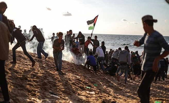 Gazzeliler yine ablukayı kırmak için sahilde toplandı
