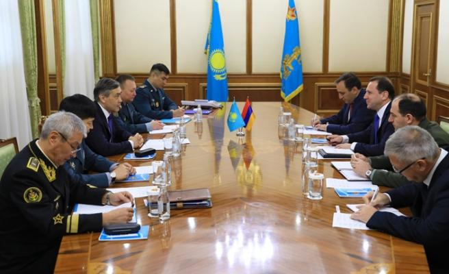 Kazakistan ve Ermenistan savunma işbirliği konusunu görüştü