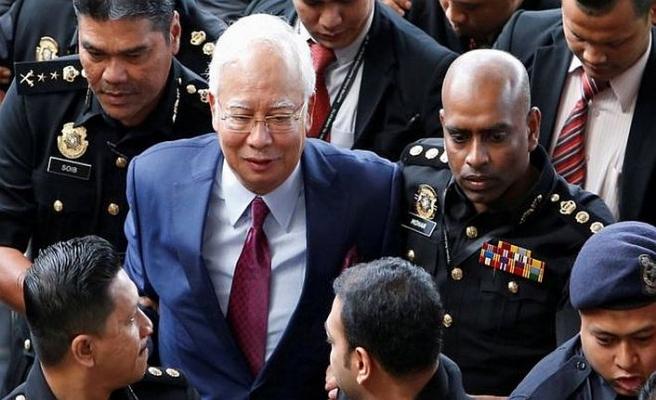 Yolsuzlukla suçlanan Malezya eski lideri ve eşine zor sorular