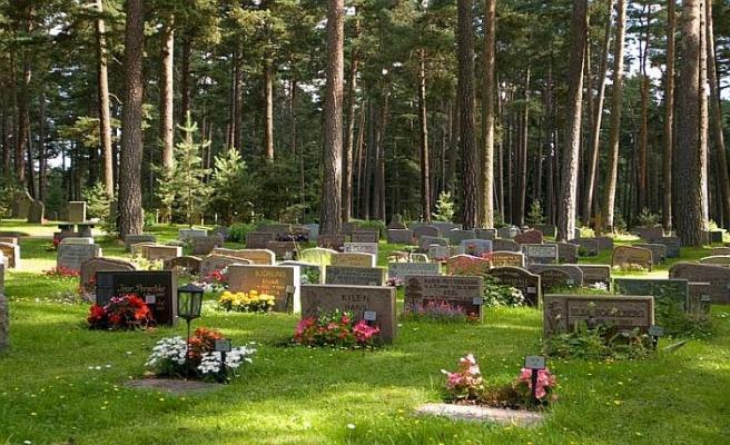 Müslüman mezarlığına gamalı haçlı saldırı