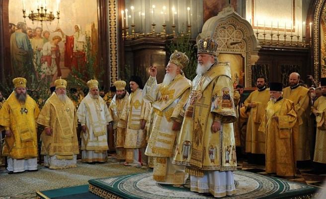 Yunan din adamları memurluktan çıkarılmayı kabul etmedi