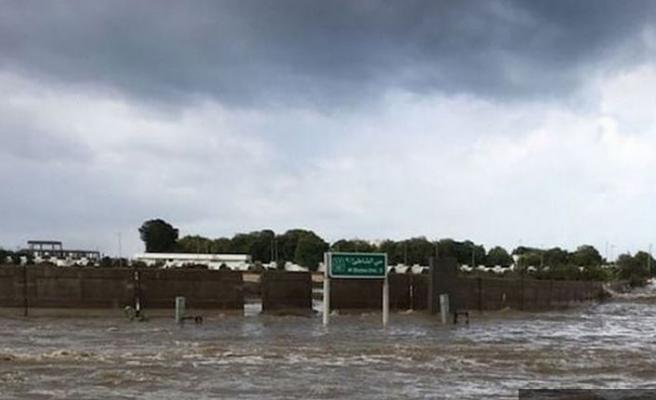 Şiddetli yağış afet getirdi: 30 ölü