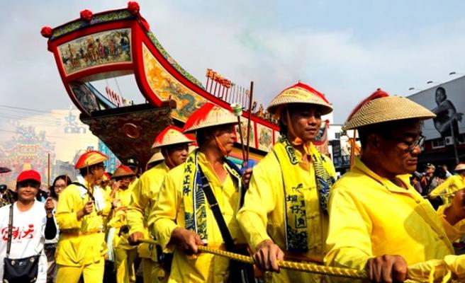 Tayvanlılar kötü şansı tekne yakarak bertaraf etti