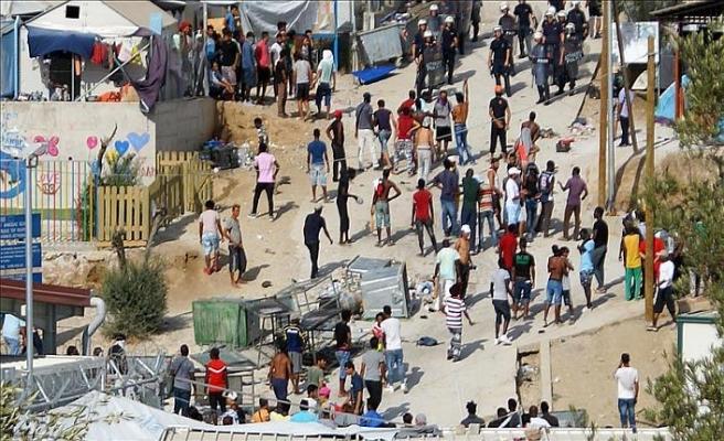 Yunan adalarındaki mülteciler ana karaya taşınıyor