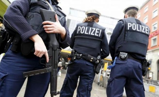 Alman polisinden camiye baskın