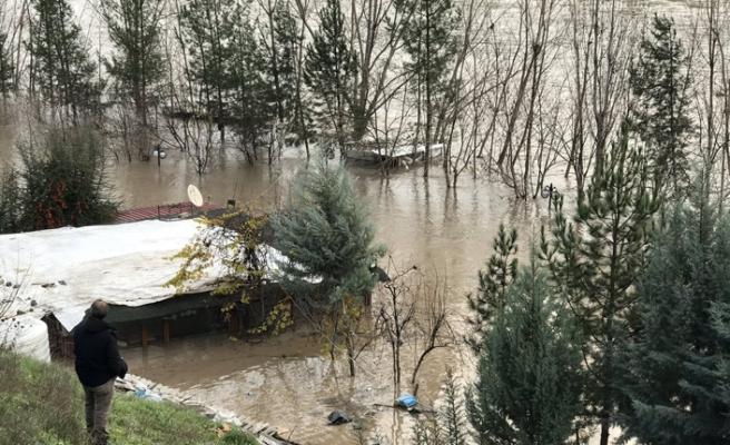 Dicle Barajından boşalan suyun tehlikeye attığı köyler