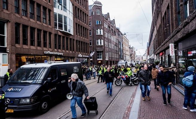 Hollanda'nın Sarı Yeleklileri istifa istedi