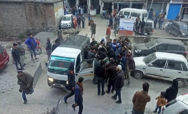 Keşmir'de otobüs uçuruma düştü; 11 ölü