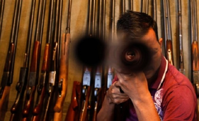 Keşmir silah pazarında merdiven altı lisans
