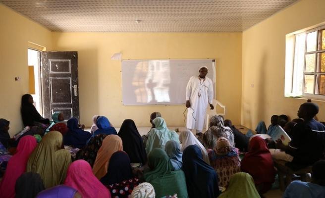 Mango ağacının altında ders işleyen öğretmen okula kavuştu