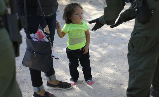 Meksika sınırındaki çocuklara sağlık kontrolü