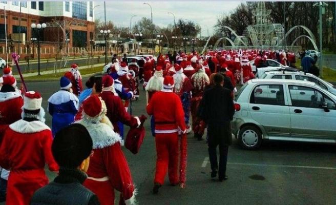 Özbek Noel babalar sokaklara çıktı