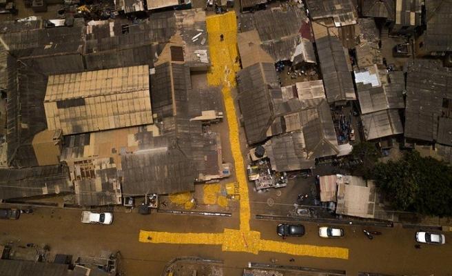 Sarı bidonlar halı olup yollara serildi