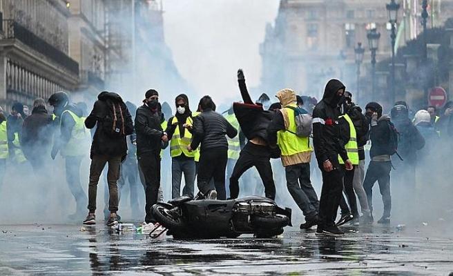 Fransa hükümeti geri adım attı, 'sarı yelekliler' kazandı