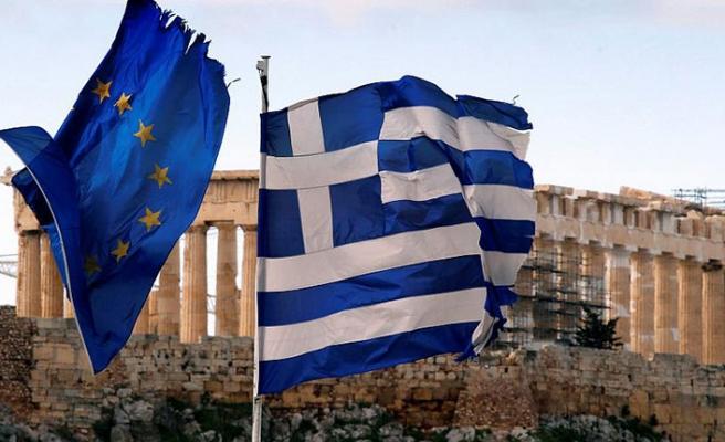Yunanistan'da ekonomi büyürken halkın cebi eriyor