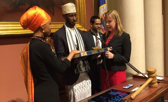 ABD Kongre üyesi dededen kalma Kur'an'a el bastı