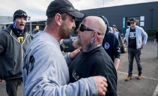 Avustralya'da göçmen severler ve karşıtlarından eş zamanlı gösteri